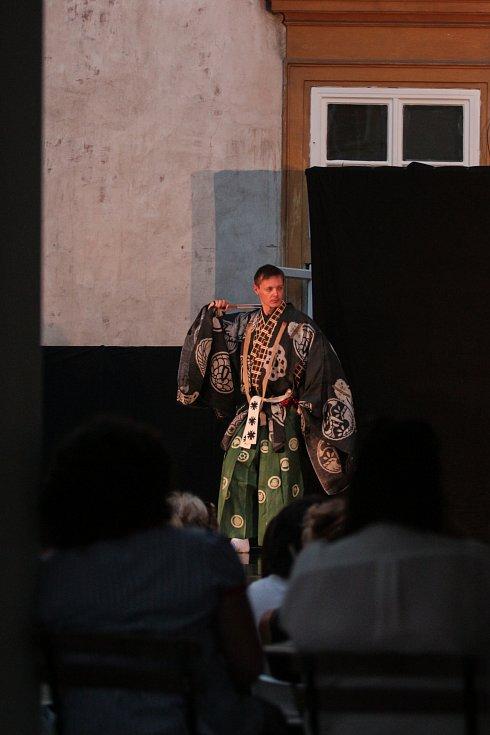 Tak trochu exoticky si v brněnské zeměpisné šířce mohli připadat ve středu večer lidé v Místodržitelském paláci na Moravském náměstí. V Moravské galerii tam herci Malého divadla kjógenu sehráli hned několik krátkých scének.