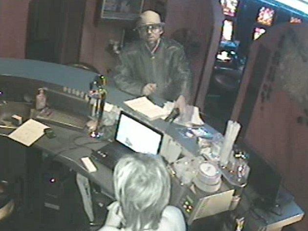 Nožem ohrožoval barmanky v herně lupič, po kterém teď pátrají policisté. Zatím neznámý muž přepadl na přelomu května a června dvě brněnské herny.