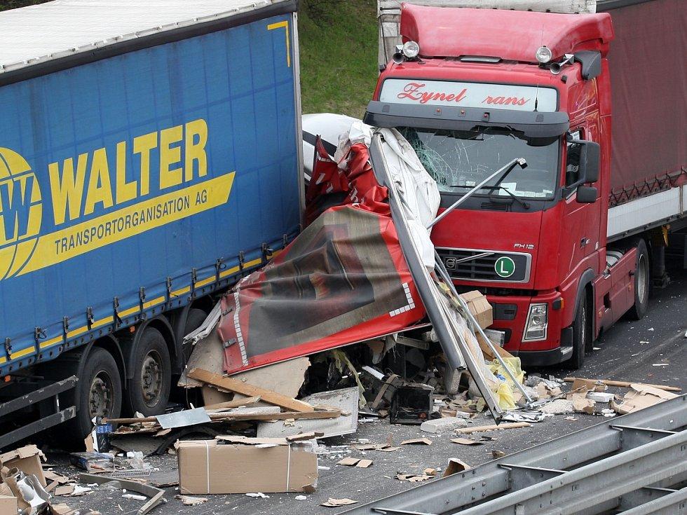 Hromadná nehoda kamionů na dálnici D1 u Brna ve směru na Vyškov. Měla tragické následky.