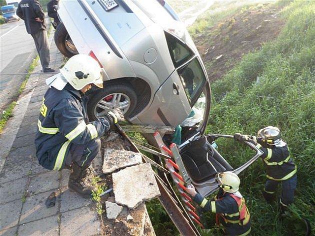 Nehoda osobního automobilu v Měníně.