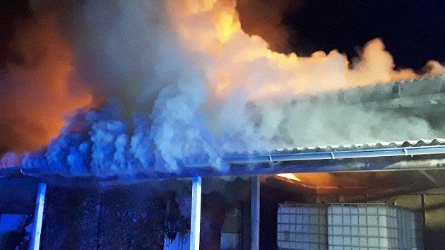 Požár sedlovny a klubovny v Neslovicích