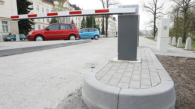 Až 140 řidičů může znovu využívat parkoviště ve Veveří ulici u polikliniky Zahradníkova. Za místa však teď zaplatí.