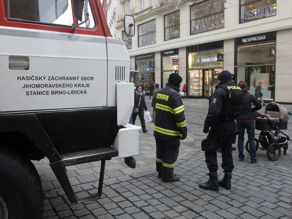 Vjezd na brněnské náměstí Svobody od středečního dopoledne blokuje hasičská cisterna a policejní dodávka. Důvod? Policisté stupňují bezpečnostní opatření zavedená v souvislosti s pondělním teroristickým útokem v Berlíně.