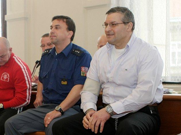 Zdeněk Žamberský, Václav Černoušek a Eduard Slávik (na snímku) před brněnským soudem.
