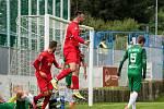 Bohuničtí fotbalisté (v červeném) remizovali na domácím hřišti v brněnském derby s Bystrcí 2:2.