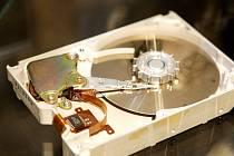 Fanoušci výpočetní techniky i optiky se mohou už v úterý podívat na novou výstavu Technického muzea v Brně pojmenovanou po těchto dvou oborech.