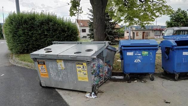 Šedé drátěné popelnice sloužily 17 let pro třídění odpadu.