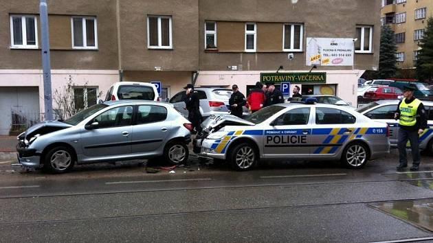 Nehoda v brněnské Merhautově ulici. Bouralo i policejní auto.