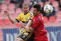Liberecký hráč Miroslav Holeňák a brněnský René Wagner v boji o míč.
