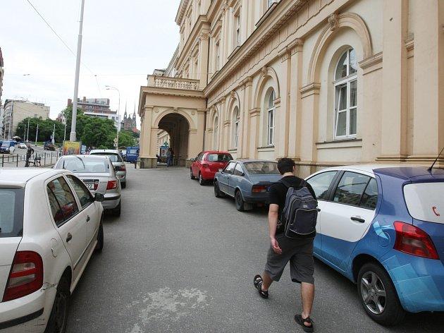 Pro pacienty je složité zaparkovat u brněnské nemocnice u svaté Anny.