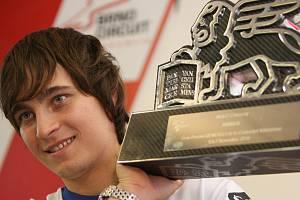 Karel Abraham s cenou pro vítěze závodu mistrovství světa silničních motocyklů. V roce 2010 triumfoval ve Velké ceně Valencie, což je největší úspěch českého motorsportu za poslední desítky let.