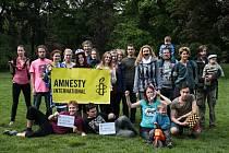 Členové brněnské pobočky organizace Amnesty International vytvořili v lužáneckém parku živý obraz na podporu kampaně bojující za propuštění ruských vězňů svědomí.