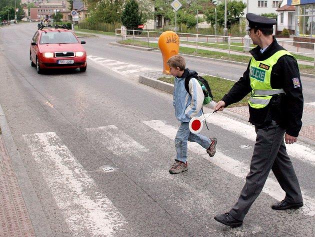 Policejní akce Zebra učí děti, jak se chovat na přechodu.