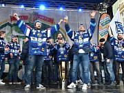 Hokejisté brněnské Komety si vychutnali oslavy titulu na pódiu. Hvězdy týmu pak rozdávaly lidem autogramy.
