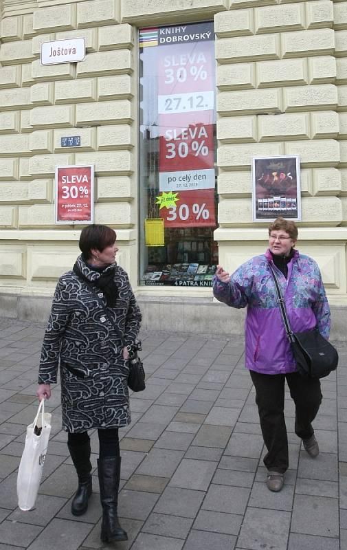 Po Vánocích se lidé vydali do obchodů utratit peníze, které dostali pod stromeček. Obchodníci jsou připravení a zájem nakupujících podporují vysokými slevami.