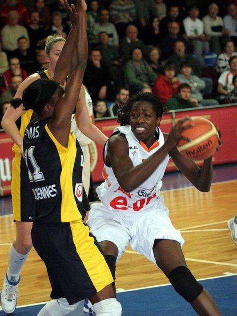 Africká posila Gambrinusu Sika Brno Hamchétou Maiga–Baová (s míčem) už doléčila svalové zranění a v osmifinále proti Pécsi by měla nastoupit.