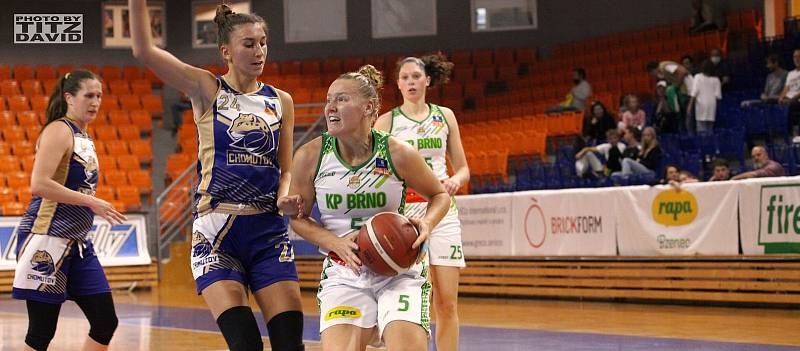 Basketbalistky KP Brno (v bílém Eva Kopecká) mají v této ligové sezoně po třech zápasech stoprocentní bilanci. Foto: David Titz