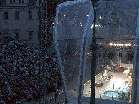 Verdiho operu La traviata uvedla Janáčkova opera na festivale Schlossfestspiele Thurn und Taxis v Regensburgu.