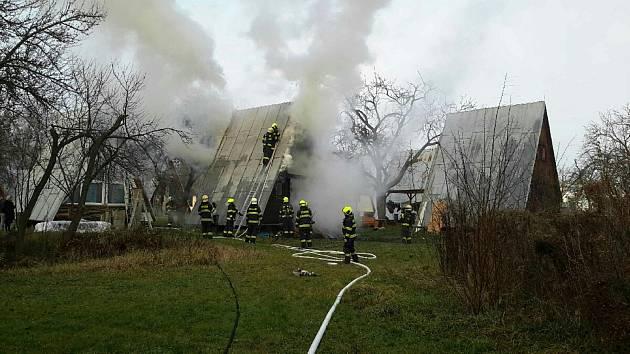 Chatku v brněnské osadě zasáhl požár. Žena utrpěla popáleniny druhého stupně