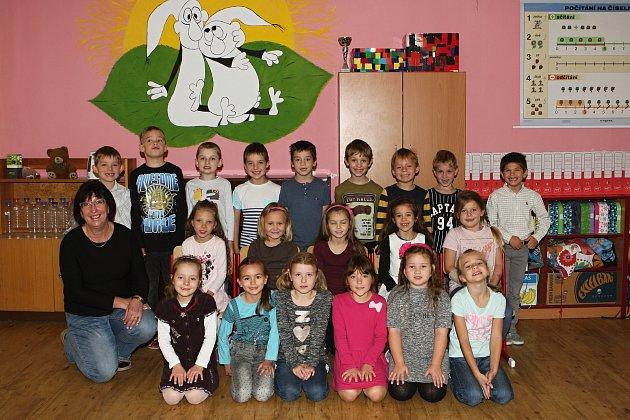 Žáci 1.B ze ZŠ Újezd uBrna spaní učitelkou Ivou Nedomovou.