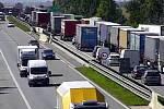 Dopravní nehody a blokování levého jízdního pruhu způsobily 14 kilometrovou kolonu na dálnici D1. Stalo se to v blízkosti 194. a 196. kilometru ve směru na Prahu.