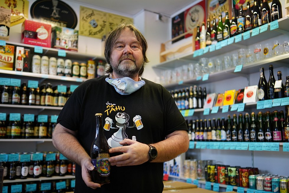 Majitel brněnské pivotéky U Modrého lva Jiří Wiesner zaznamenal za pandemie vyšší prodeje na sídlišti, ale velký propad v centru města. Už deset let nabízí pivním fajnšmekrům stovky druhů piv.