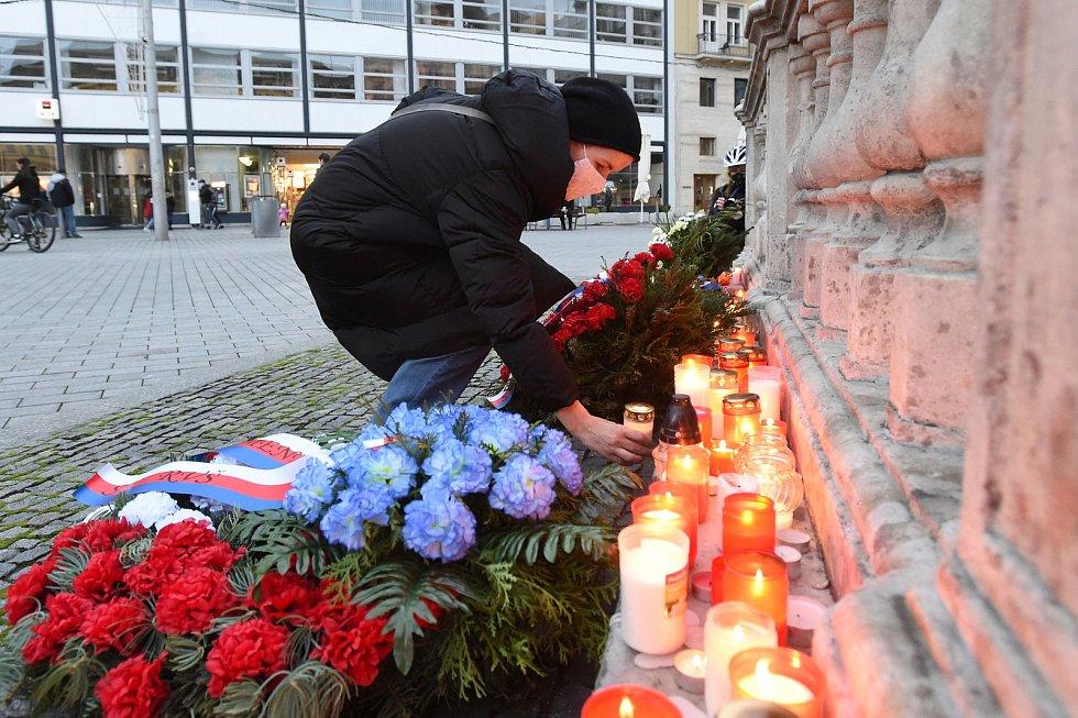 Brno 17.11.2020 - lidé zapalují svíčky u morového sloupu na brněnském náměstí Svobody