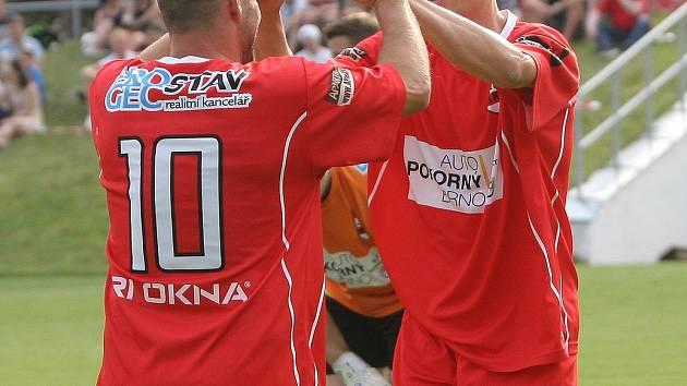 Utkání mezi TJ Start Brno (v červeném) proti TJ Rajhradice. Na snímku zleva Mica a Zedníček (Brno).