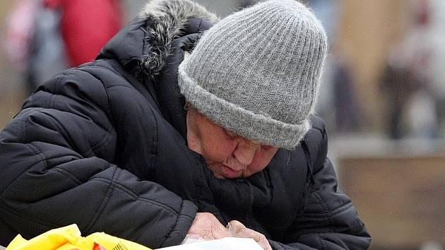 Vánoce jsou rodinné svátky. Těžce je často prožívají staří a osamělí lidé. Z pochmurné nálady je může vytrhnout nabídka štědrovečerního menu v některých restauracích. Lidem žijícím na ulici je zase zpříjemní charitativní akce.