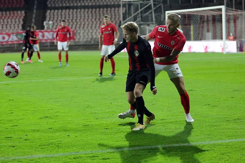 Brněnští fotbalisté (v červeném) zdolali Viktorii Žižkov 2:1 a dostali se do vedení druholigové tabulky.
