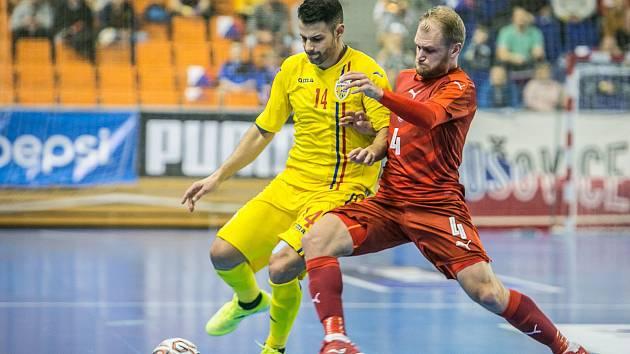 Český futsalista Radim Záruba (vpravo) bojuje o míč s rumunským soupeřem.