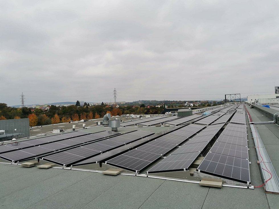 Fotovoltaická elektrárna na střeše brněnského obchodního centra Futurum.