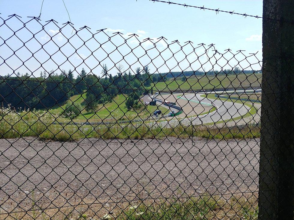 Letošní závody Moto GP v Brně sledovali diváci jen za plotem Masarykova okruhu.
