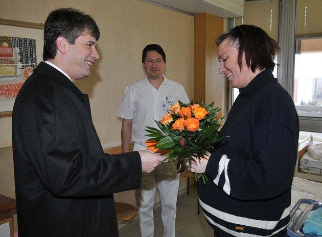 Brněnský primátor Roman Onderka obdaroval Jitku Janouškovou, která přivedla na svět prvního letošního Brňana - Nikola.