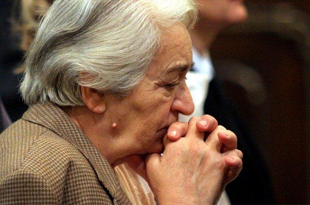 Lidé se modlí při mši svaté.