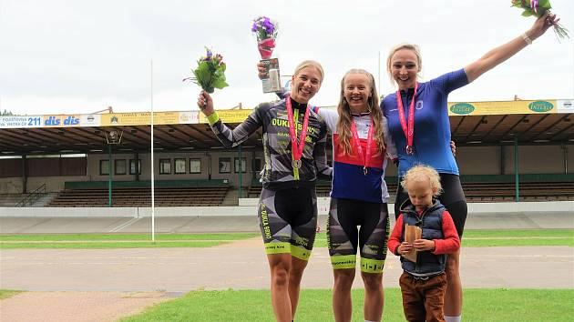 V individuálních disciplínách sebrala tři domácí tituly Veronika Jaborníková (uprostřed), v týmovém sprintu slavila zlato se Sárou Kaňkovskou (vlevo) a Zuzanou Rychnovskou.