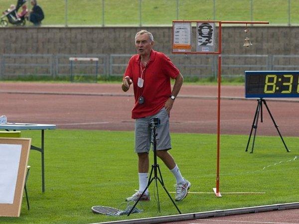 Lubomír Nádeníček už ve funkci rozhodčího na atletických závodech.