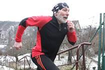Několik desítek účastníků se poslední den roku tradičně schází na Silvestrovském běhu do schodů, letos již popětadvacáté.
