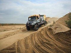 Na pískových cestách v pískovně v Hrušovanech u Brna se ve čtvrtek proháněla nákladní auta a bagry.