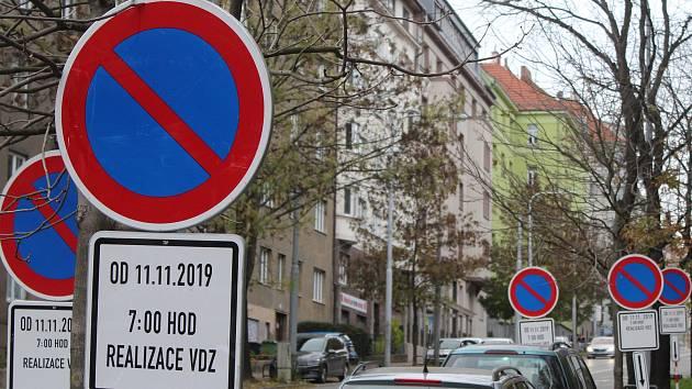 Les dopravních značek vyrostl na brněnské ulici Úvoz. Přes čtyřicet značek tam upozorňuje na zákaz parkování od 11. listopadu, v ulici totiž vzniknou modré parkovací zóny.