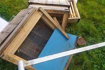 Neznámý vandal úly v zastavěném středu Brna rozházel a rozbil.