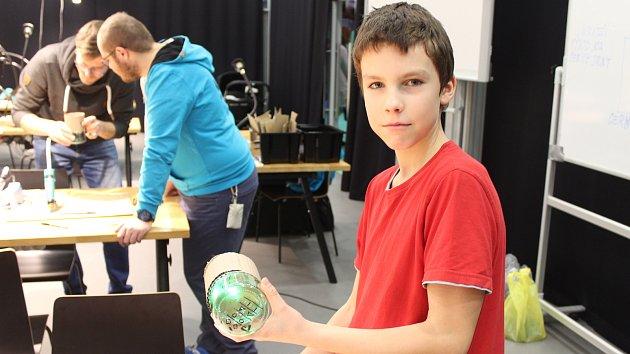 Lidé si v brněnském Vida Centru tvořili vlastní lampičky s tématikou robotů.