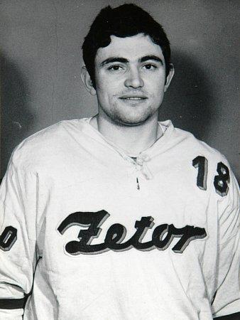 Bývalý hokejový útočník Zdeněk Mráz starší strávil třináct let vKometě Brno a zkusil si iangažmá vJugoslávii. Dnes učí tělocvik a zeměpis na střední škole.