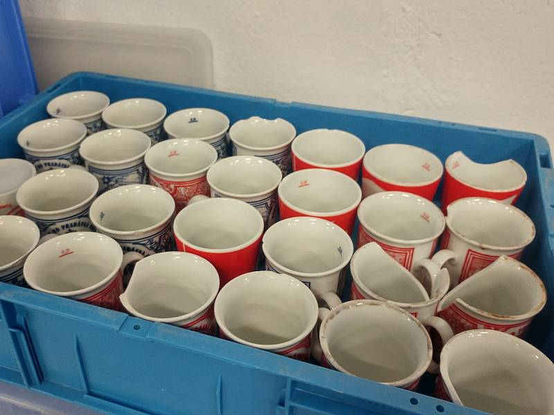 Zatímco většinu hrnků si Brňané odnášejí domů, každý ze dvou set tisíc vratných kelímků se za jedny vánoční trhy otočí v rukou Brňanů až dvacetkrát.