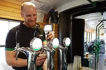 Dvouhodinový pub kvíz si nově zahrají pasažéři u vychlazeného půllitru Starobrna v Šalina pubu.