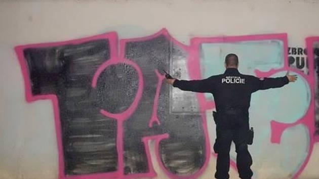 Graffiti na budově brněnské Filozofické fakulty Masarykovy univerzity.