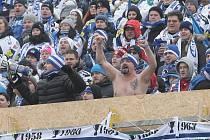 Český extraligový rekord při zápase s Plzní překonali Brňané v neděli. Přes padesát let starý československý hokejový návštěvnický rekord ze zápasu Spartaku Sokolovo se Slovanem Bratislava může padnout v pátek.