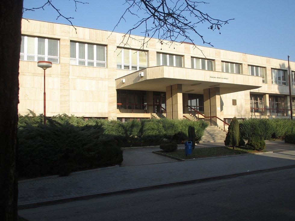OKRESNÍ SOUD. Koncem roku 1984 začali dělníci v Blansku bourat staré domy v Hybešově ulici. Místo nich měla stát nová budova okresního výboru KSČ. Nyní tam sídlí okresní soud (na snímku).