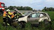 Auto se několikrát převrátilo a skončilo na střeše v poli, řidič je zraněný.