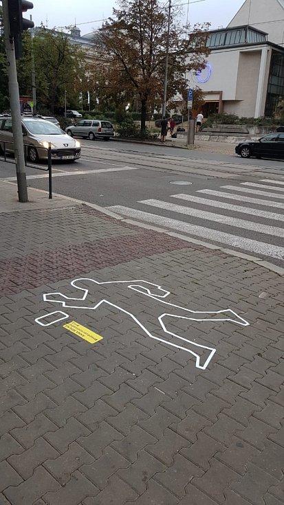 Obrysy postav symbolizující chodce sražené při dopravních nehodách se v úterý objevily na některých brněnských chodnících.